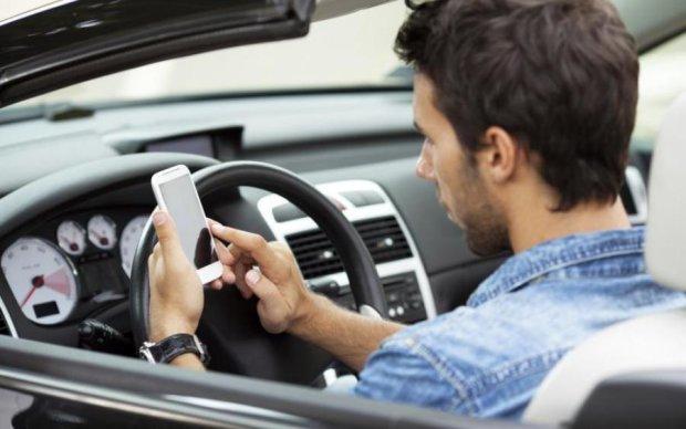 Копы разоблачили опасные увлечения водителя через трансляцию в соцсетях