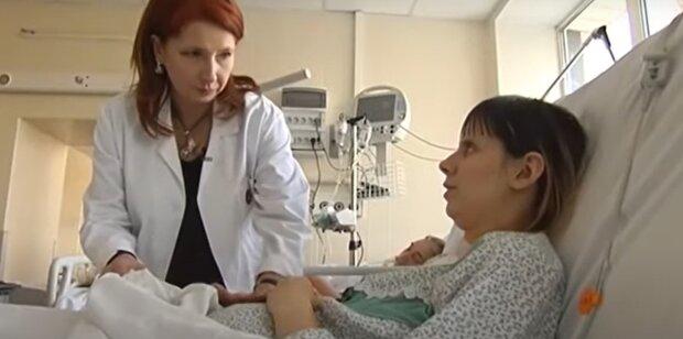 В Днепре школьница родила крохотную дочурку весом в буханку хлеба - маму и младенца спасают всем миром