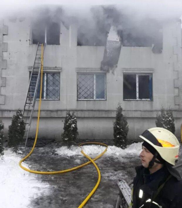 У Харкові палає будинок для літніх людей, старенькі у вогняній пастці: уже 15 загиблих