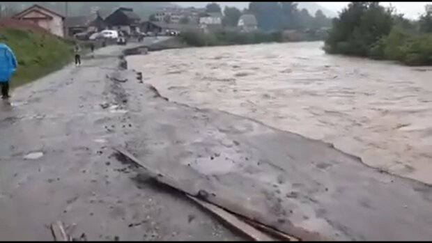Во Франковском бешеная река проглотила машину с людьми - спасатели ныряют несколько часов