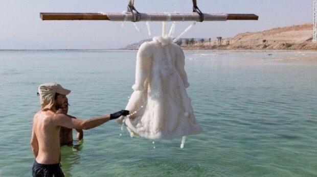 Весільну сукню поклали на рік у Мертве море, і ось що з нею стало