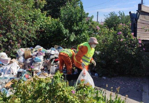 """Запорожанка годами """"коллекционировала"""" отходы, пока дом не утонул в мусоре"""