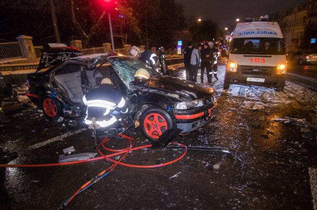 Жуткая авария парализовала центр Киева: из авто вырезают жертв