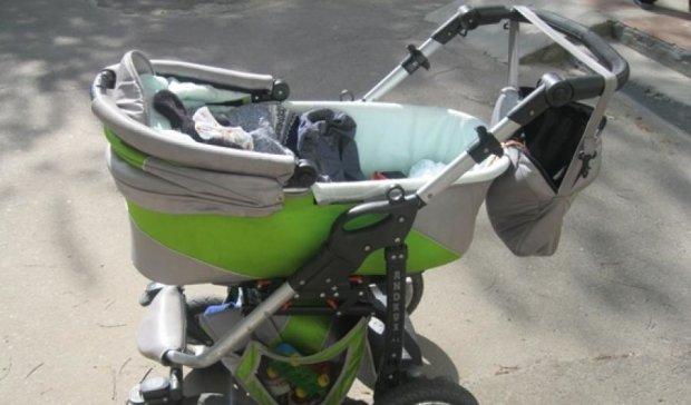Поліція Житомирщини затримала молоду матусю з арсеналом зброї в дитячій колясці
