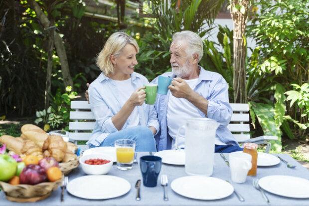Пожилая пара обедает в саду, фото Freepik