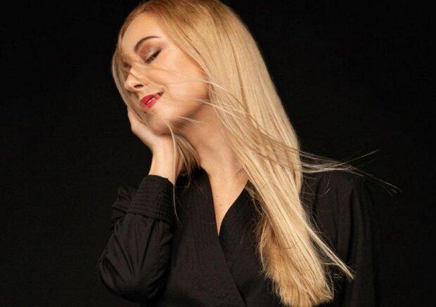 """Тоня Матвиенко прижалась к елочке, пока Арсен Мирзоян не видит: """"Красивая женщина"""""""