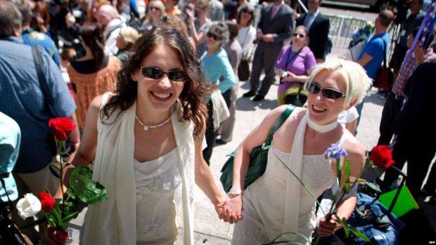 Ще одна країна Європи легалізувала одностатеві шлюби: просто під бій курантів