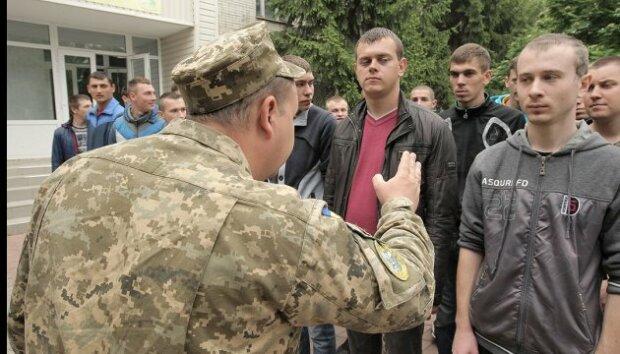 """""""Виловлювати по хатах?"""" Франківські призовники масово """"косять"""" від армії"""