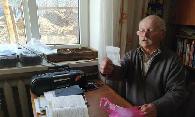 """Тернопольский пенсионер выкатил свои помидоры в центр города: """"Взошло, как лес"""""""
