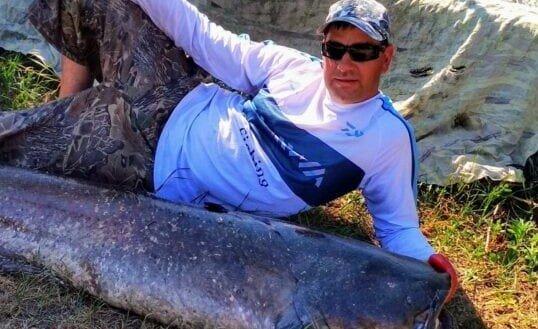 У Дніпрі рибалка вивудив 50-кілограмове чудовисько - може і проковтнути