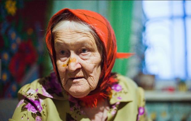 Миловидна бабуся жорстоко розправилася зі своїми рідними, не пожаліла навіть дитину