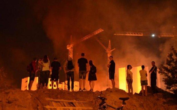 Тітушки влаштували під Києвом вогняне пекло зі сльозогінним газом і бійками: фото
