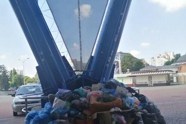 На харьковском Металлисте выросла гора мусора - коммунальщики Кернеса ненавидят футбол