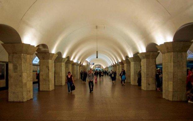 """Сумасшедший """"заминировал"""" киевское метро во время парада"""