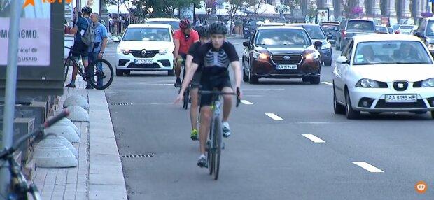 Софиевскую площадь в Киеве заполонили тысячи велосипедистов - улеглись в обнимку с колесами