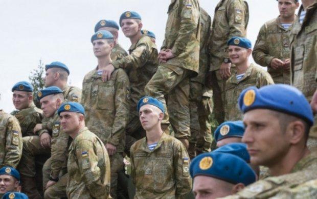 Украинские десантники отработали прыжки без парашютов (видео)
