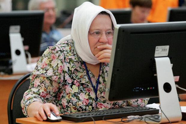 Бабуся за комп'ютером, фото з вільних джерел