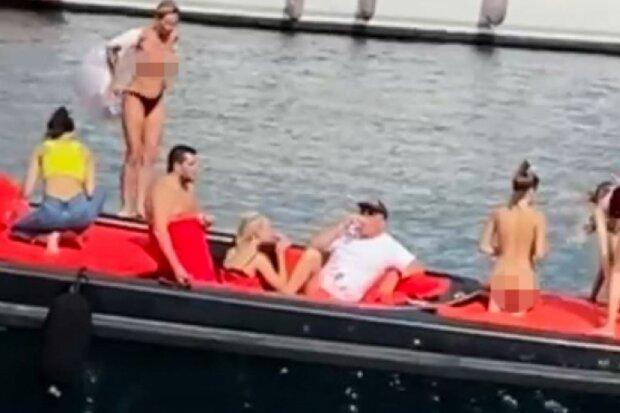 Голые украинки на яхте, скриншот: YouTube