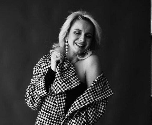 Лілія Ребрик у пальто на голе тіло спокусила чоловіків безкінечними ніжками: українська Монро
