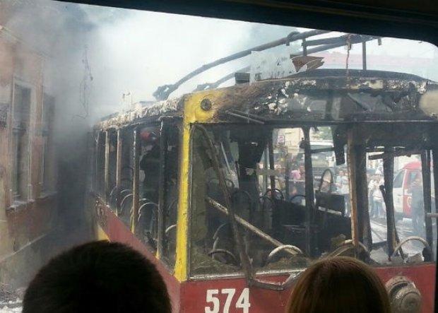 В Харькове переполненный троллейбус вспыхнул на ходу: паника и крики