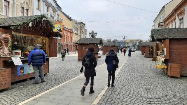 """В Ужгороде открылась новогодняя ярмарка, добро пожаловать: """"Сладости и глинтвейн ждут"""""""