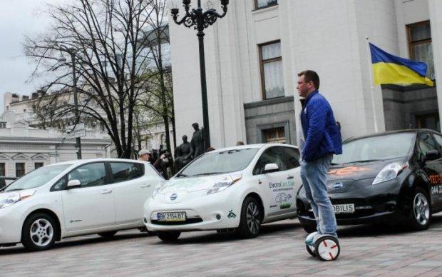 Загорніть два: українці розмітають електромобілі