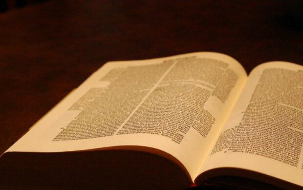 """Темна сторона Біблії: до чого насправді закликає """"священна книга"""""""