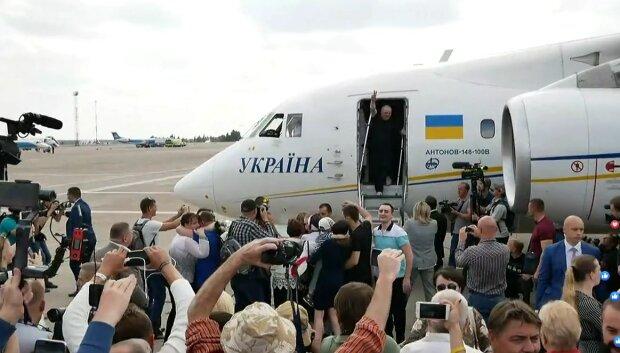Украина встретила своих героев: слезы, радость, объятия