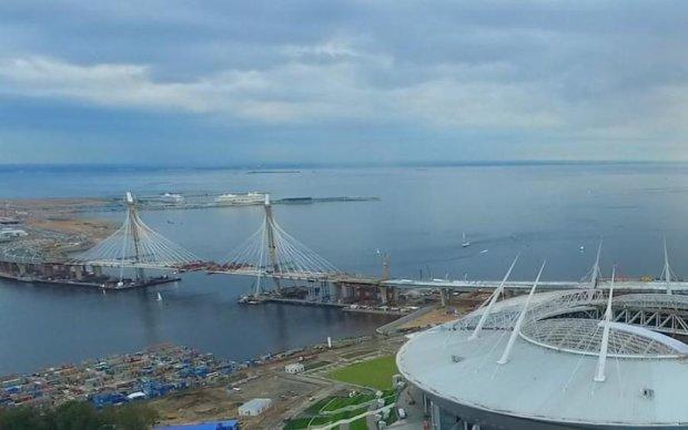 До мундіального стадіону в Пітері прибило корабельну міну: фото