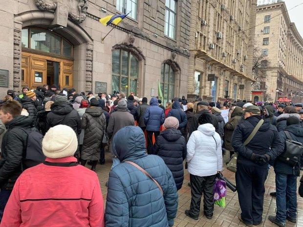На Хрещатику – масові сутички: розлючені кияни штурмують будівлю Департаменту, поліція застосувала сльозогінний газ