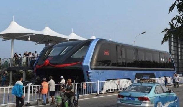 Автобус из будущего ездит по Китаю (ФОТО)