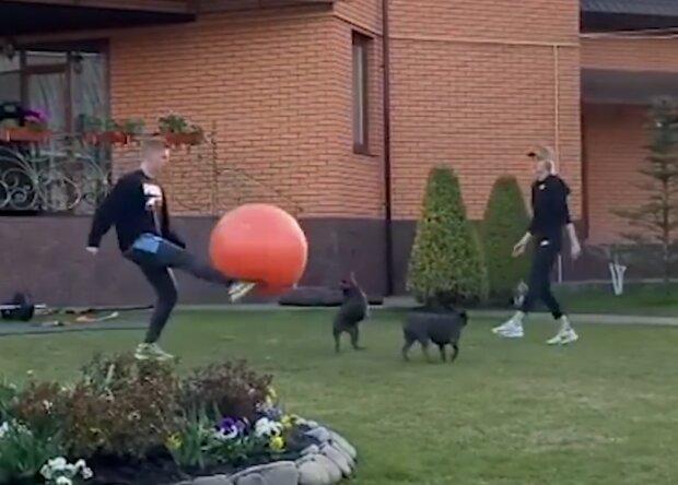 Зинченко сыграл с подругой огромным мячом, скриншот с видео
