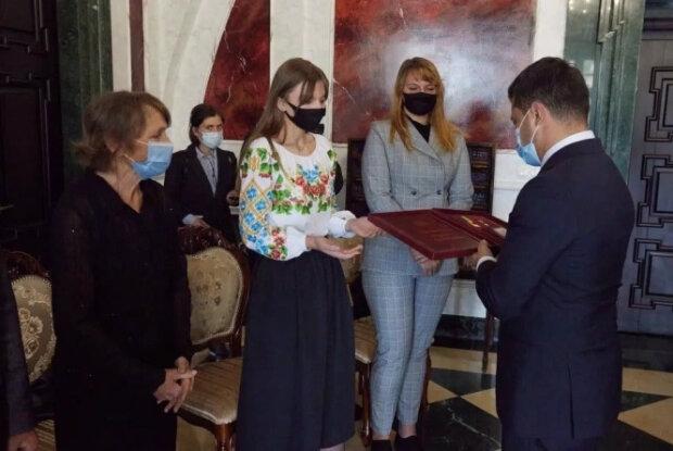 """Зеленський обійняв ридаючу дочку загиблого на Донбасі героя: """"Для нас це важливо"""""""