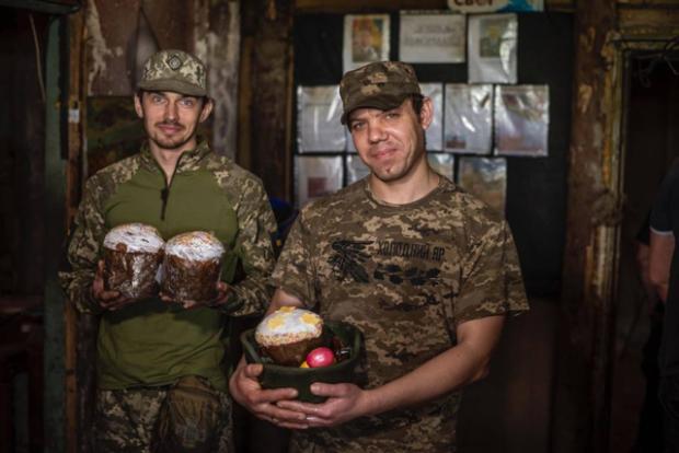 Дякувати і усміхатися під свист куль: фото з великоднього Донбасу змушують вірити у краще
