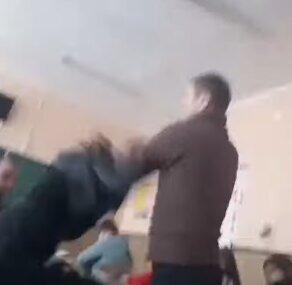 """Осатаневший учитель набросился на девочку во время урока, класс обалдел: """"Он ее бьет!"""""""