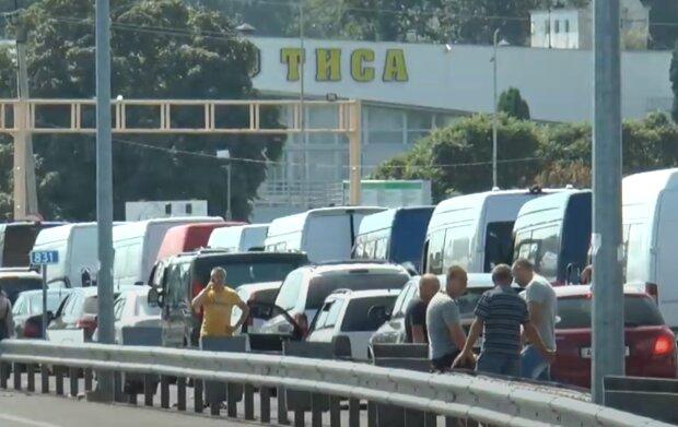 """На границе с Венгрией 110 автобусов застряли в километровых очередях, нервы на пределе - """"Пять машин в час"""""""