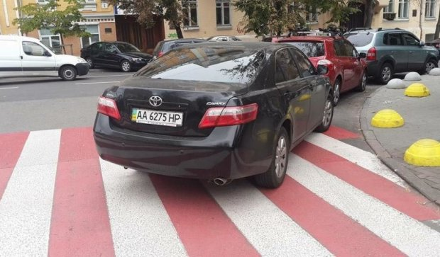 """""""Герой парковки"""" забыл,  для чего пешеходам зебра"""