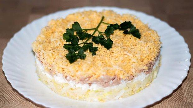 Готуємо вдома: листковий курячий салат з грибами і картоплею