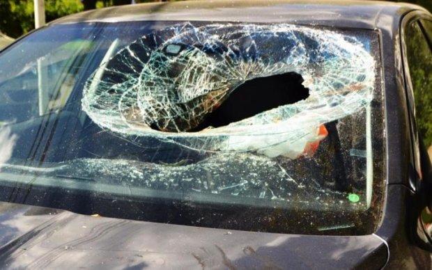 Женщина-Халк: обманутая супруга растрощила авто с любовниками голыми руками