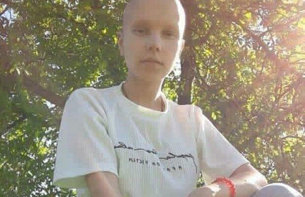 """Маленькую украинку сжигает рак, мама молит о помощи - """"Спасите Анечку"""""""
