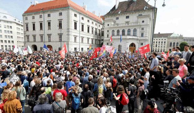Стартовала политическая гонка: досрочные парламентские выборы собрали на площади тысячи людей