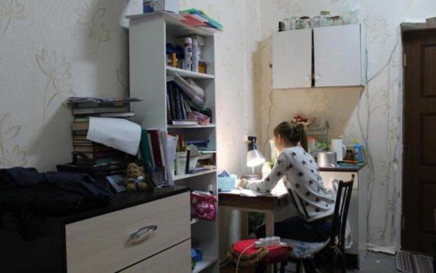 Тараканы, грибок, разбитые окна: украинцам показали, в каком аду живут их дети