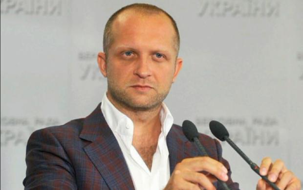 Депутата Полякова пригласили примерить необычный браслет. Он стесняется
