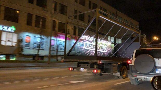Будьте уважні! По вулицях Києва їздить скляна вантажівка