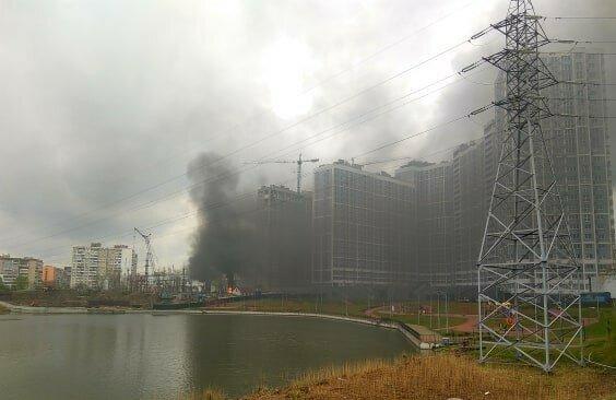 У Києві на лівому березі палає електростанція, пролунав потужний вибух - перші подробиці та відео