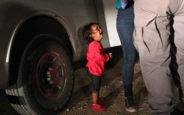 Маленьку дівчинку відібрали у матері на кордоні: жахливе фото