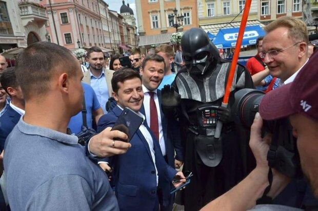 """Зеленский во Львове представит своих """"слуг"""" и займется любимым делом Порошенко"""