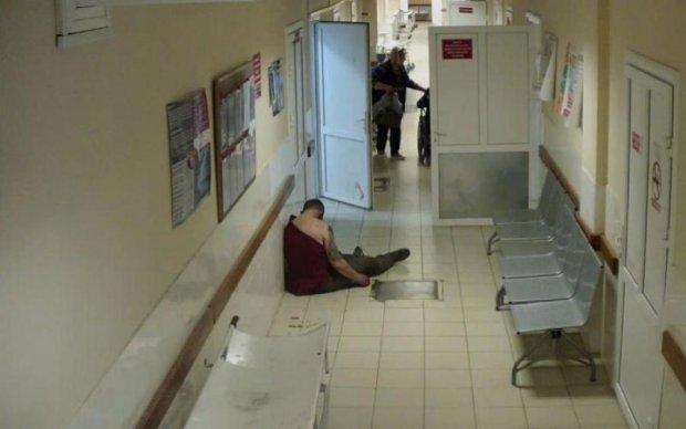 Пробили дно: врачи бросили пациента умирать под ногами