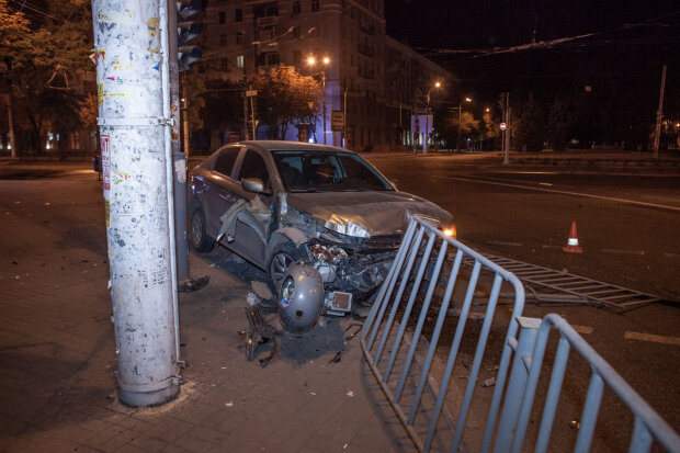 У центрі Дніпра лихач зніс огорожу і виїхав на пішохідну алею: дикий форсаж потрапив на відео