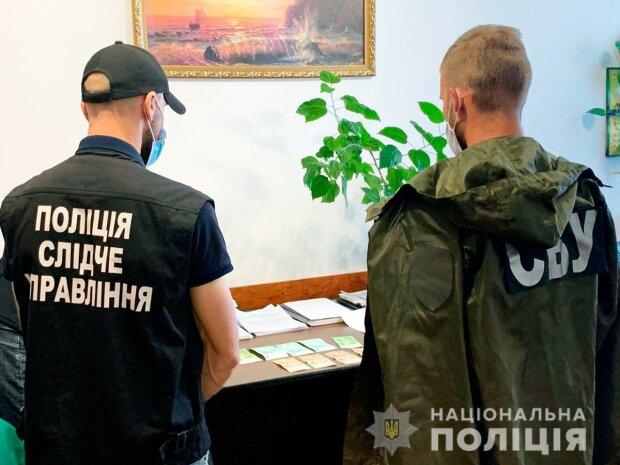 Врача на Буковине поймали на получении взятки, фото cv.npu.gov.ua